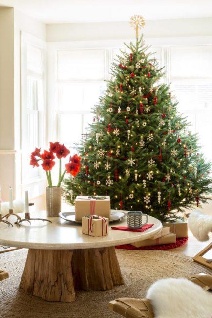 Сосульки из войлока – легкий и яркий декор для живой елочки