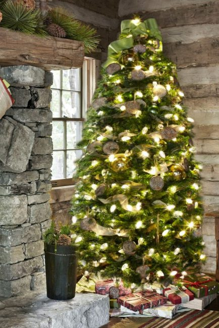 Формы от печенья и детали из мешковины оригинально украшают новогоднее дерево