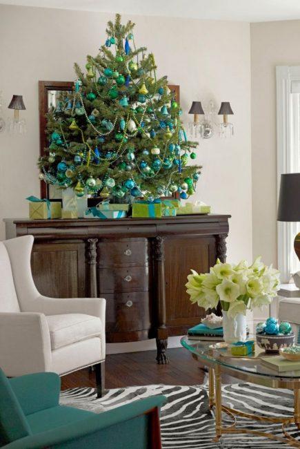 Синий, зеленый и золотой – отличная компания для сдержанного декора