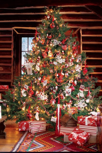 Самая веселая новогодняя ель в бело-красной гамме, где собраны все традиционные украшения: санты, чулки и игрушки