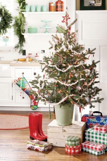 Кухонная утварь 50-х годов украшает эту небольшую елочку. С ней в компании гирлянда из поп-корна и стеклянные игрушки