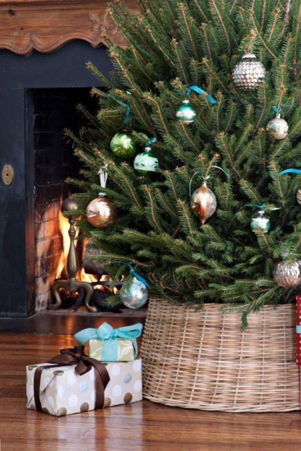 Плетеное кашпо прекрасно дополняет образ натурального деревенского Рождества