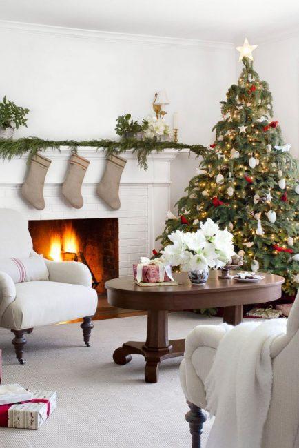 Красные фигурки птиц придают яркости этой скромной новогодней красавице с расписными шишками