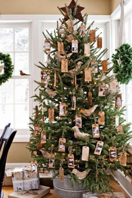Теги со своими сообщениями и фото тоже могут украшать елку