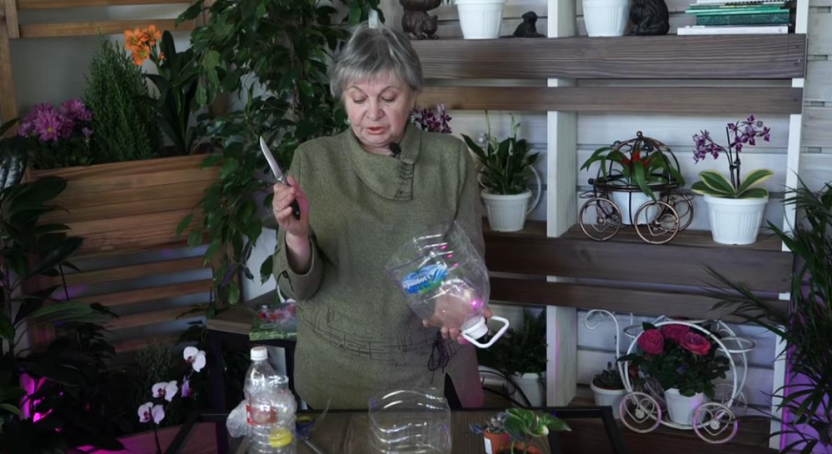 Берем большую пятилитровую пластиковую бутылку от воды и разрезаем ее на две части.