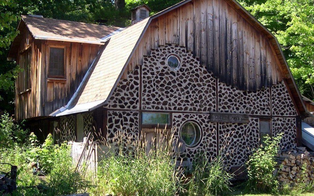 Оригинальное строение с мансардой из глиночурок, досок