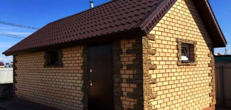 Кирпичное строение с облицовкой углов плиткой под натуральный камень