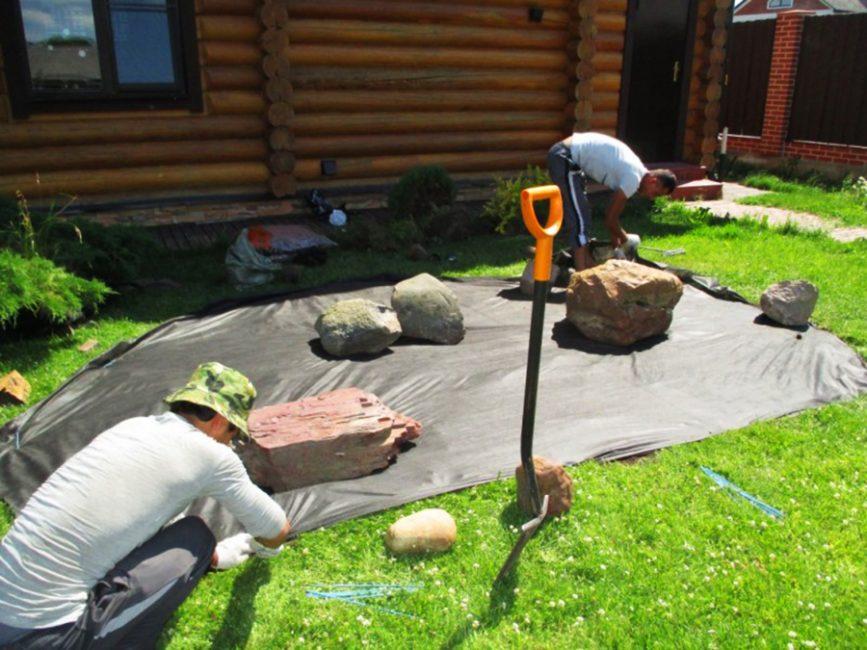 Укладка геоспана и расстановка крупных камней