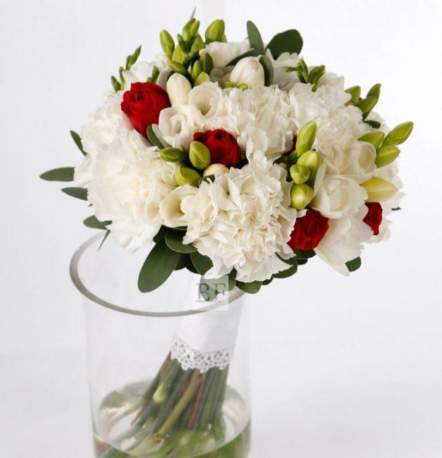 Это декоративное растение. Его нередко используют в букетах, особенно свадебных.