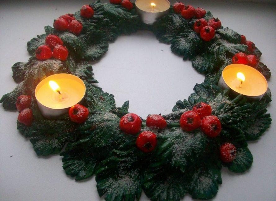 Рождественский венок из соленого теста может смотреться очень натурально