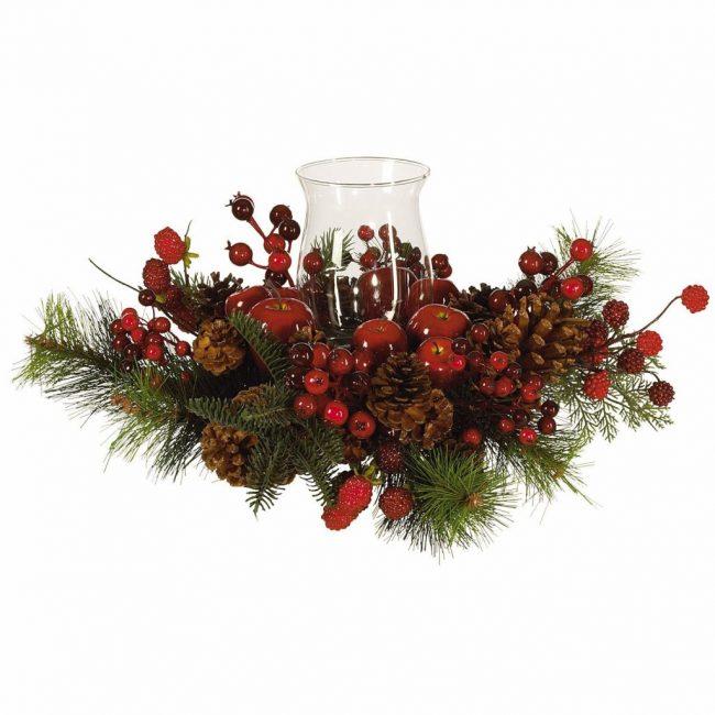 Сосновые шишки можно комбинировать с хвойными ветками, красными ягодами