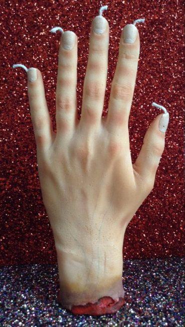 Жуткая восковая рука – отличный способ напугать гостей на Хэллоуин