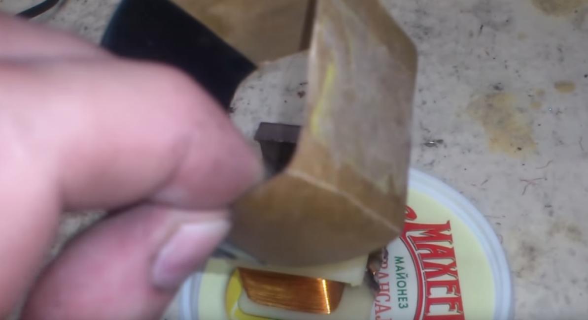 Из картона или бумаги делаем коробок. В него вы зальете эпоксидную смолу, которая будет служить герметиком.