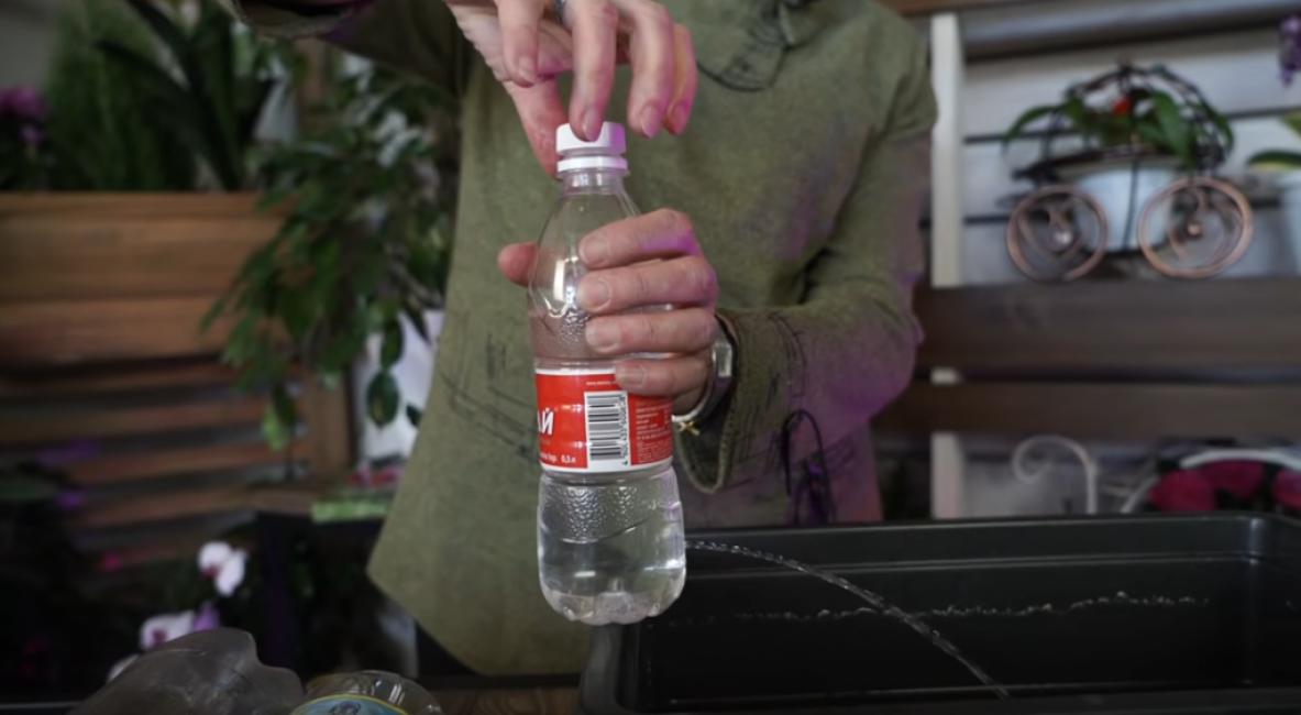 Теперь бутылку можно поставить на любую поверхность или прикрутить к дереву. Чтобы помыть руки, нужно просто слегка открутить крышку, чтобы запустить воздух. В отверстие польется тонкая аккуратная струйка.
