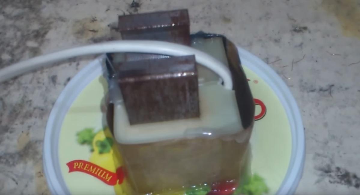Заливаем короб эпоксидной смолой. Чтобы его было легко снять, используем как подложку какую-то поверхность. Прекрасно подойдет пластиковая крышка.