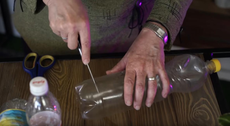 Теперь в бутылке необходимо сделать прямоугольное отверстие при помощи острого ножа.