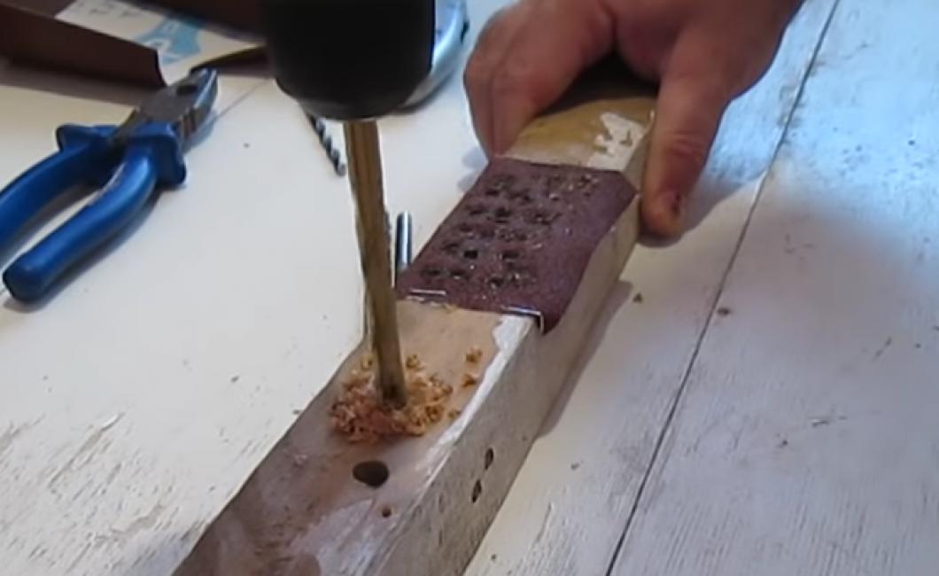 Теперь на свободной части деревянного бруска проверьте остроту сверла, сделав в дереве дырку.