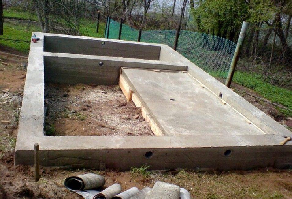 Ленточный фундамент с бетонной чашей под парилкой, помывочной