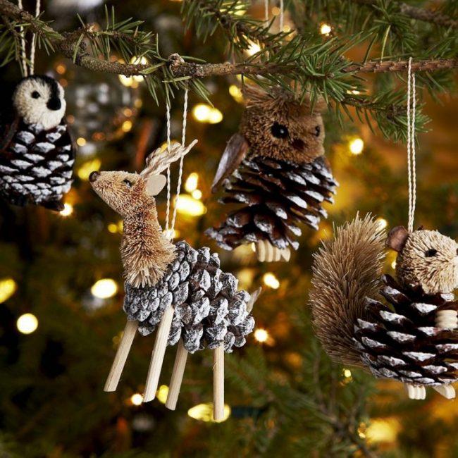 Шишки являются универсальным материалом для новогоднего декорирования