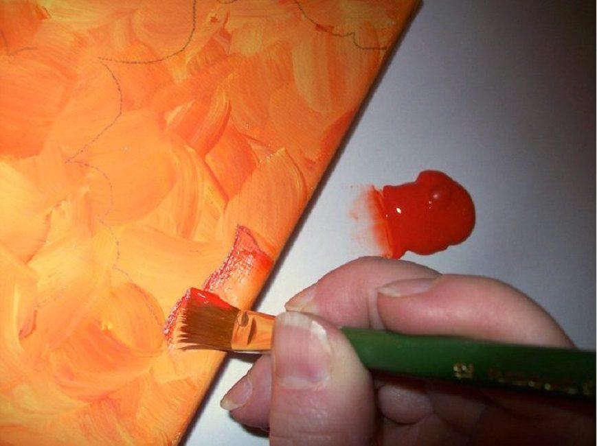 Раскрашивать холст можно плоской кисточкой – так цвет ложится равномернее