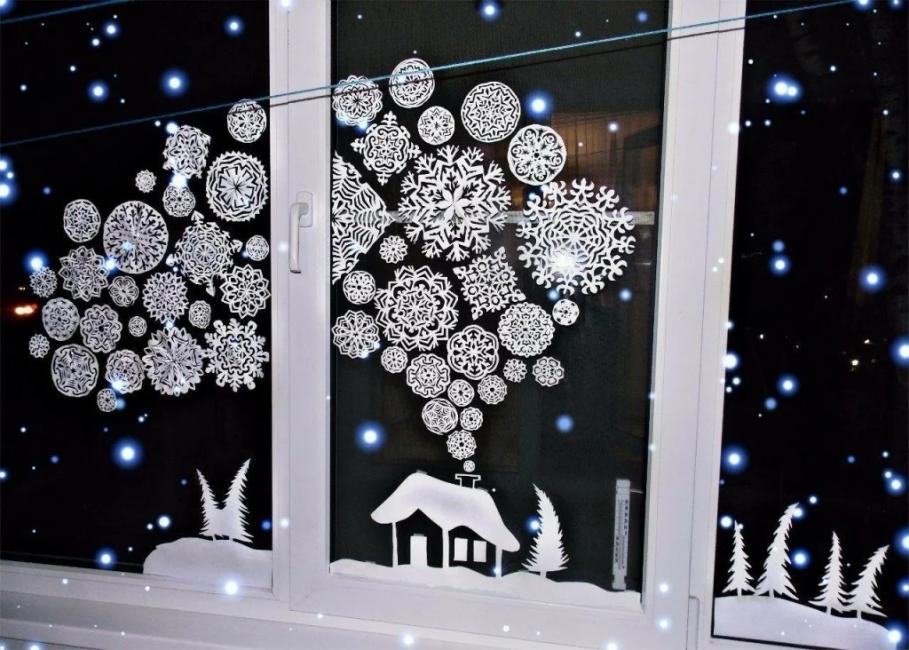 Окна обклеивают снежинками и прочими фигурками по теме