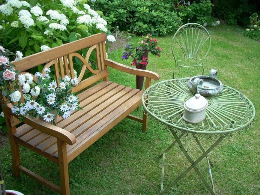 Скамейка и ажурный чайный столик