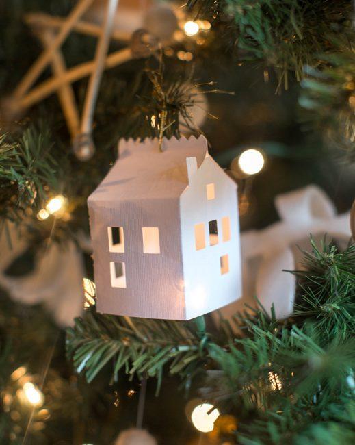 Крошечным бумажным домикам с окошками не нужен дополнительный декор. В свете елочной гирлянды они преображаются в сказочные!