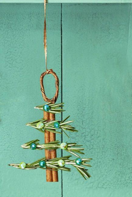 Палочки корицы и розмарин наполнят комнату чудесным ароматом. Совмещают их с помощью клея и декорирую стразами