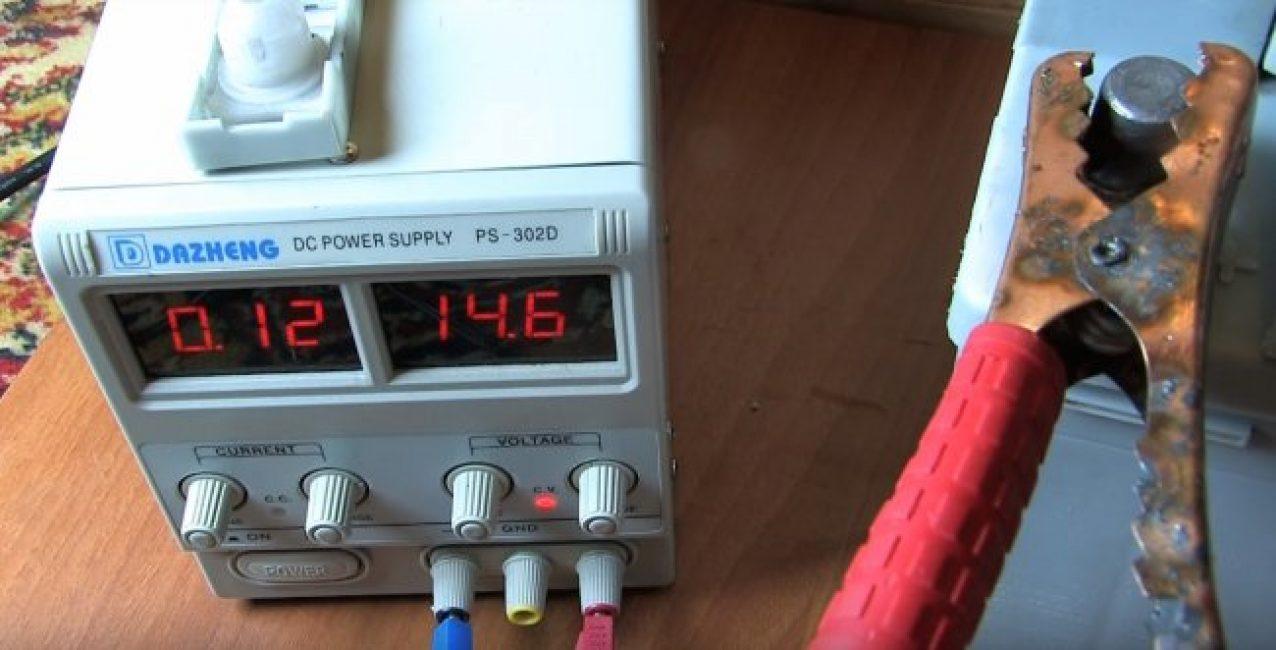 """Первым делом разряженный аккумулятор несут ан зарядку. Но, в этом деле случаются и """"провалы"""", когда напряжение сохраняется, а эффекта ноль."""