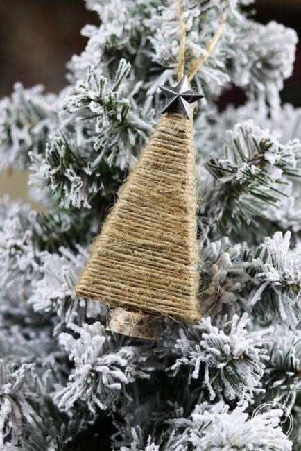Елочка из шпагата – проще простого. Каркас из плотного картона оклеивают шпагатом, приклеивают металлическую или стеклянную звезду к верхушке и крышку к основанию. Украшение в деревенском стиле готово!