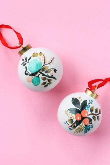 Шары с татуировками, им тоже есть место на новогодней красавице. Чтобы задекорировать шар, его окрашивают акрилом и используют обычные переводки в виде цветов или других узоров. Стильные новогодние игрушки готовы!