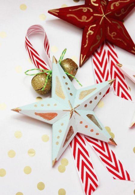 Рождественскую звезду тоже можно сделать из бумаги, соединив несколько секторов в одно изделие. Декорируют звезду красками, блестками, лентами