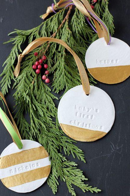 Медальоны из глины с оттисками – оригинальный декор. Глину окрашивают в белый и золотой и подвешивают на ленте