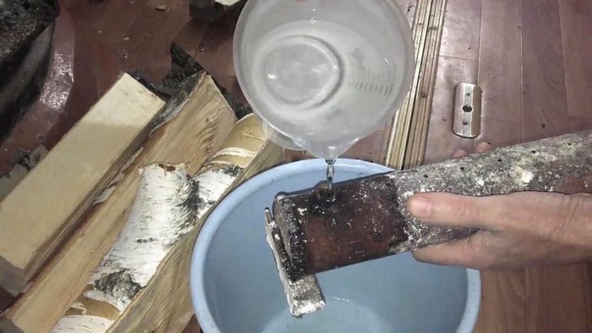 Кипяток заливайте осторожно, чтобы не обжечь руки. Для этого подойдет лейка с носиком.