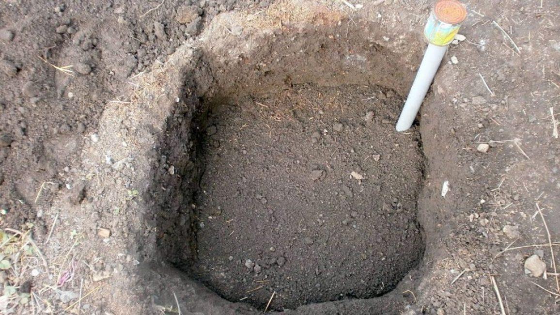 После того, как яма будет заполнена питательной смесью, её оставляют на несколько месяцев, закрывая поливочную трубу