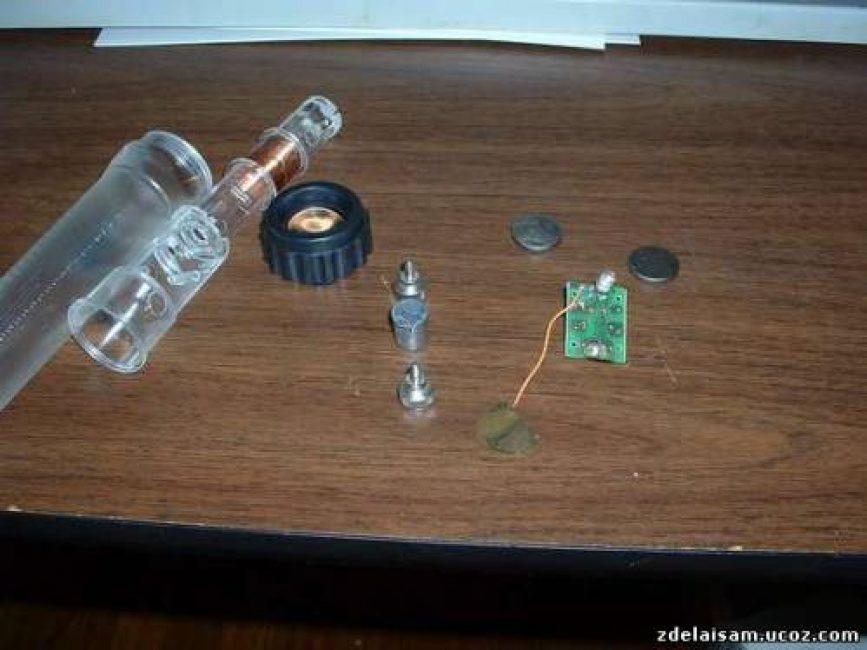 Если изучить фонарик детальнее, то можно увидеть его части: соленоид, цилиндрический магнит, ограничители, небольшую плату с диодами, переключателем, аккумуляторы и светодиод, который находится на плате.