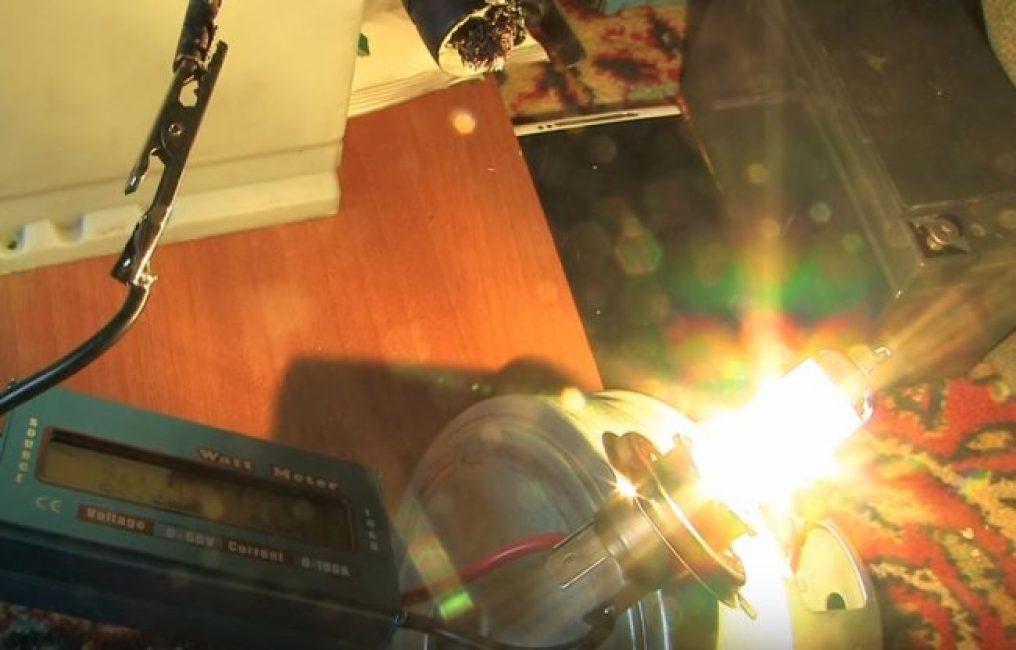 При помощи любой подходящей лампочки, к примеру, галогеновой, разрядите батарею до 10,6 В. Напряжение замерьте под этой же нагрузкой.