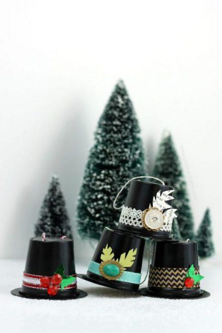 Капсулы от кофе легко превращаются в шляпы для снеговиков. Декор самый разнообразный, на что хватает фантазии