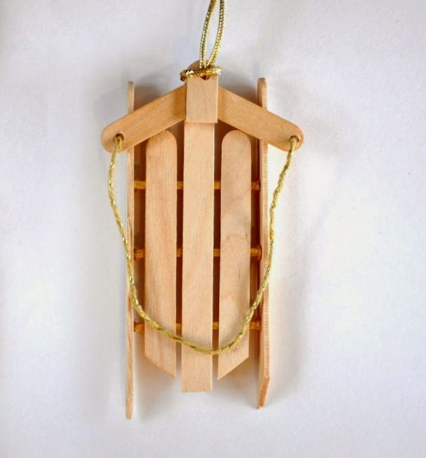 Сани Санта Клауса легко сделать из 6 палочек от эскимо, 3 палочек от Чупа-чупса, клея и декоративного шнура. Изделие легко собрать по фото!