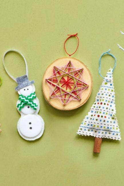 Звезда из пряжи на спиле березы – объемное украшение не только для елки. Его можно использовать для оформления стен, рождественского венка. Подвесить на люстру. Для изготовления нужна пряжа и 8 мелких гвоздей, вокруг которых будут наматываться нитки