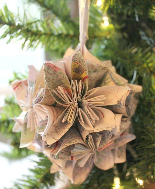 Старые бумажные карты – ретро материал для объемного рождественского украшения. Достаточно правильно свернуть детали, соединить вместе и продеть петлю для подвешивания