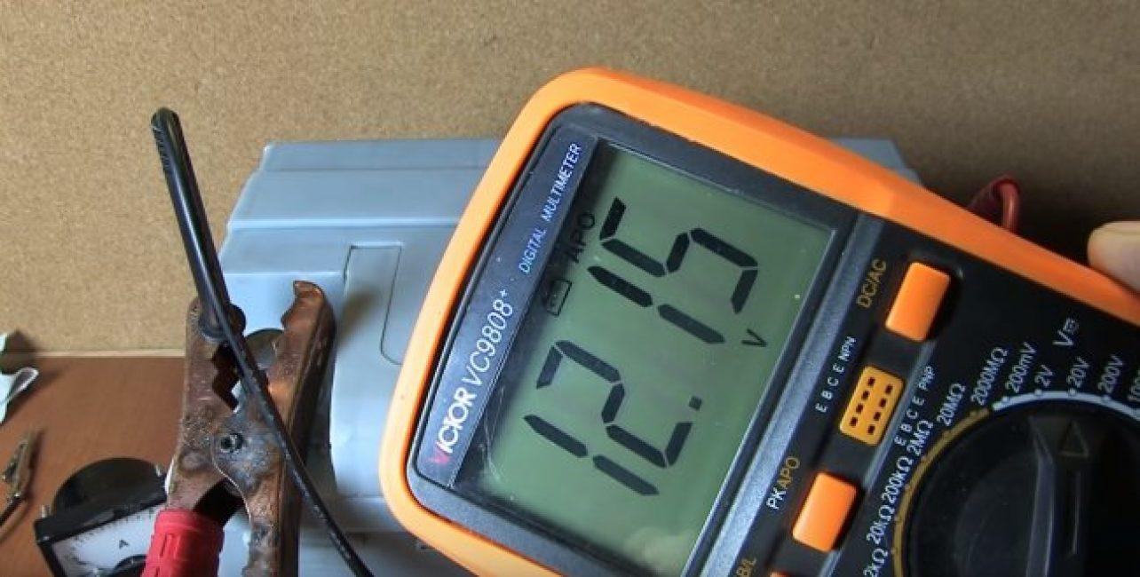 Снова разрядите батарею полностью. Теперь зарядите ее в правильном положении, где плюс к плюсу, а минус — к минусу до 14,4 вольт. Готово!