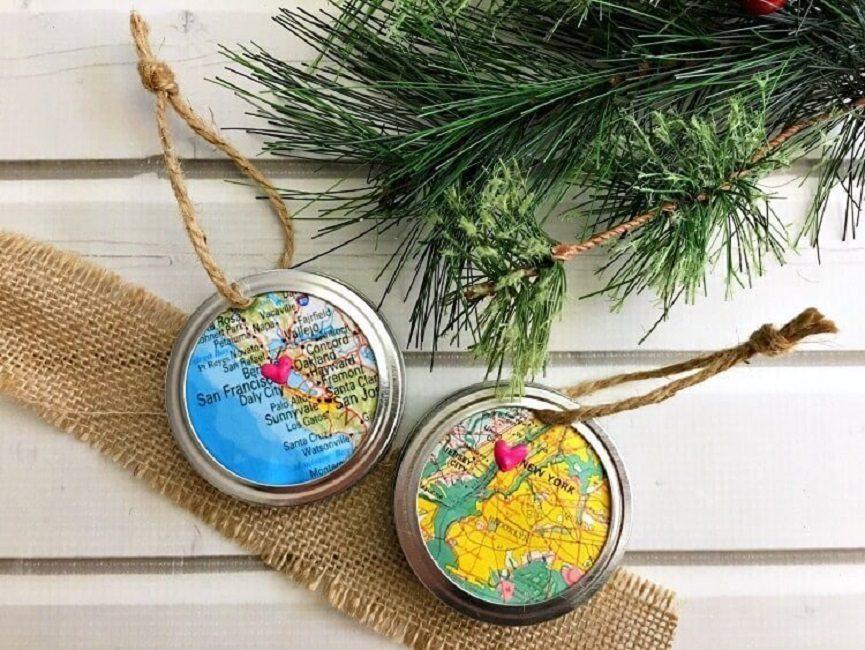 Это может быть вырезка из карты Вашей местности, плотная ткань, новогодняя открытка. В качестве дополнительного декора – снежинки, бусины, наклейки