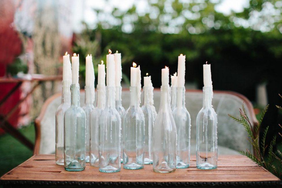 Оформить можно сами свечи, добавив высушенных цветов
