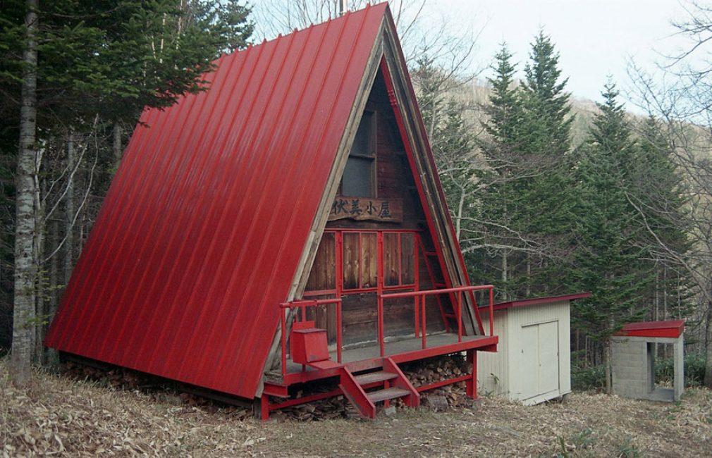 Для покрытия крыши дома-шалаша можно заказать любой кровельный материал – шифер, металлочерепицу, профнастил, битумные листы.