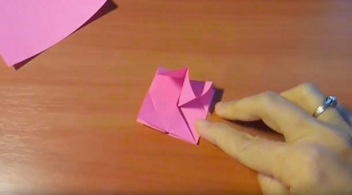 Надавливаем на центральный треугольник и делаем его плоским