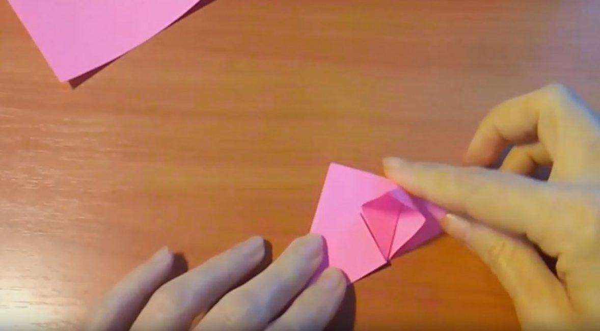 Отвернув уголок, получаем два треугольника