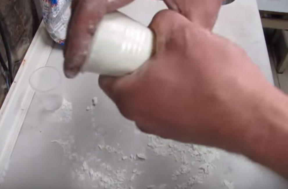 Вставляем массу в стаканчик