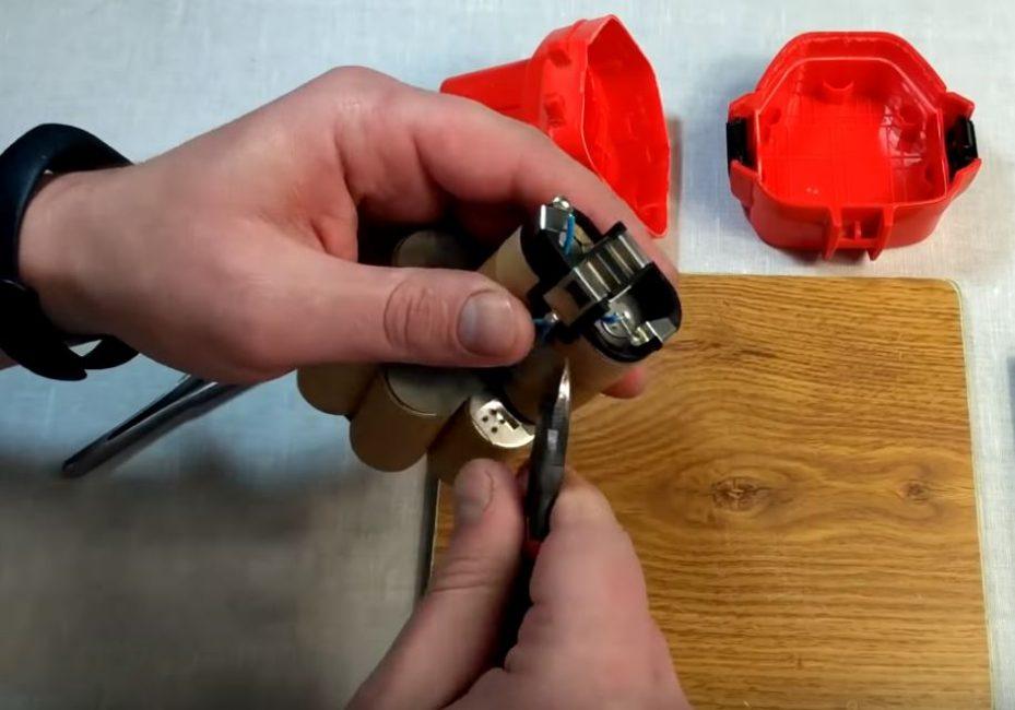 Снимаем контактные пластины