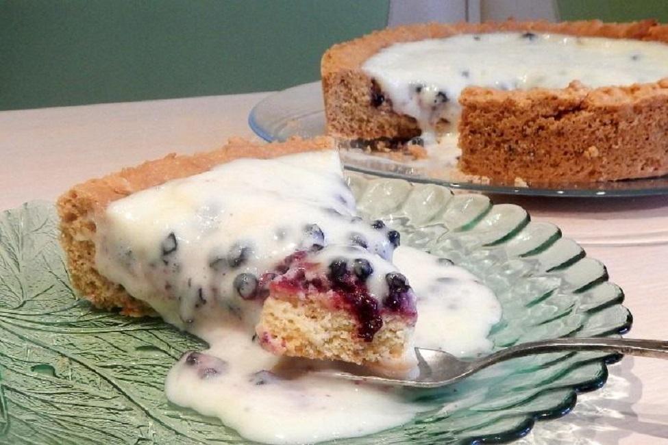 Открытый пирог из брусники со сметаной